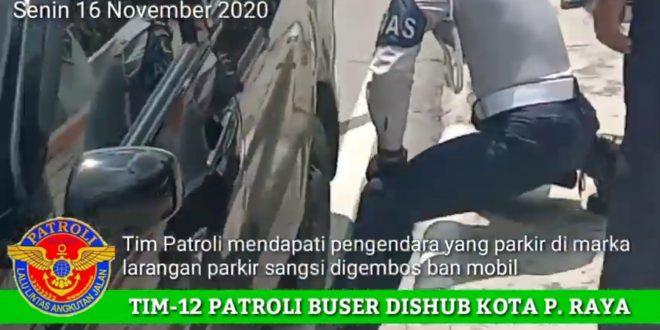 Tim 12, Dishub Kota Palangka Raya Gembosi Ban Mobil yang Parkir di Marka Larangan Parkir