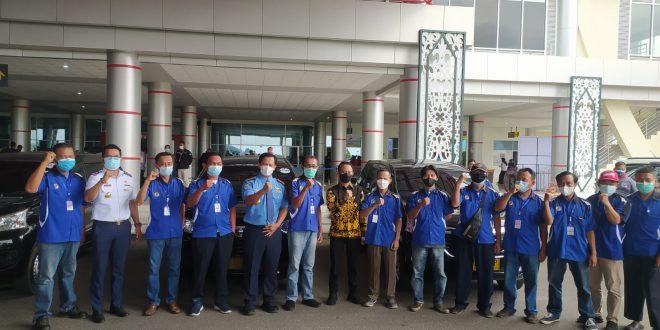 Walikota bagi sembako kepada sopir bandara dan porter Bandara